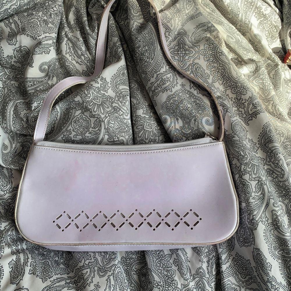 En vit vsöka använder inte så säljer den 🥰 kan frakta och mötas upp. Väskor.