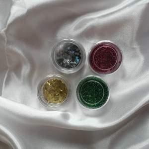 4 olika fina glitter, silver stjärnor, guld, rött, grönt glitter till pyssel kanske? Helt vanligt glitter. Inte använt alls mycket. Men gissar på att de är några gram kvar i varje. 3 kr/st. Eller 10 för alla. Köparen står för frakt och betalningen via swish ✨