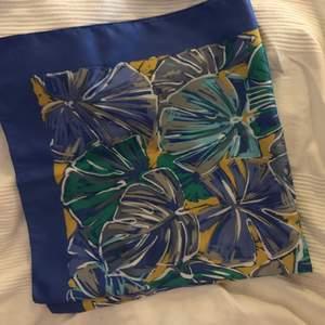 Supersnygg vintage sjal! Perfekta sommarmönstret, både kring halsen eller i håret!