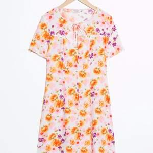 SÅ drömmig klänning från & other stories. Aldrig använd. Stl 34💘 Köpt för 790kr