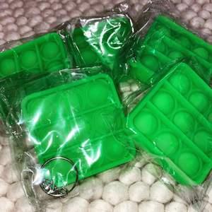 Hej hörni! Säljer ett gäng mini popits! Finns ändats i grön färg och har just nu 4-5 kvar! Fraktar endast på just denna vara men frakten är billig och kostar 12kr! Popitsen kostar 47kr styck och går att sätta på väskan! Hur söta?🥺😩🥰🥰