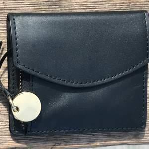 Liten söt plånbok i äkta kalvskinnsläder. Den är aldrig använd, så den är super fräsch. Den kommer från Mint & Berry.                Ny/butikspris ca 700kr. Vill du se fler bilder så hojta till.