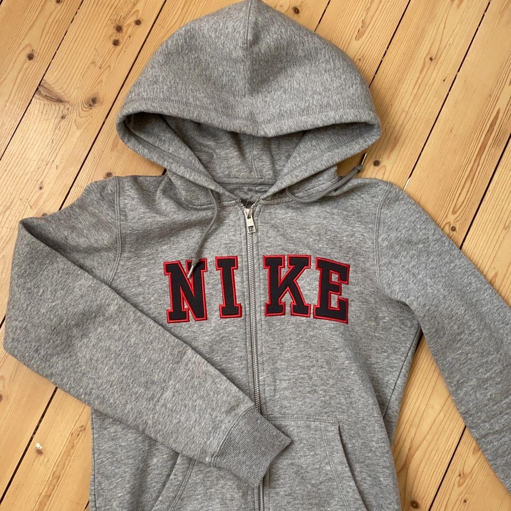 Zipper hoodie från Nike i grått!! Väldigt bra skick!! Passar bra på mig som oftast har xs/s. Start pris är 250 men om fler skulle bli intresserade blir de budgivning!. Tröjor & Koftor.