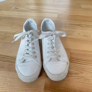 Vita sneakers i storlek 40 som endast är använda ett fåtal gånger❤️ skriv för fler bilder