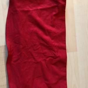 En röd fin tub topp från hm i storlek M men passar en S och L med. Jätte fin till sommaren men inte riktigt fin still. Ny pris 150kr mitt pris 70kr ink frakt