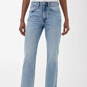Säljer mina jättefina jeans från Arket som endast är använda 1 gång:/// Säljer dem då de från början var alldeles för stora för mig och har bara legat i garderoben och skräpat... kostar från början 700kr.. priset kan diskuteras!💖 (bara skriva för fler bilder!!)