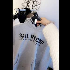 Säljer en sail racing hoddie ,köpt från kidsbrandstore! Bra skick!! Passar mig som har S på hoddies 😁