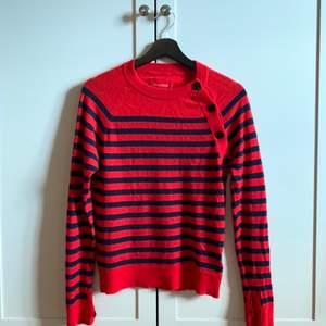 Zadig & Voltaire cashmere tröja med marinblåa och röda ränder. Väldigt tun och fin cashmere. Kommer inte till användning. Använd ett få tal gånger, som ny 🥰
