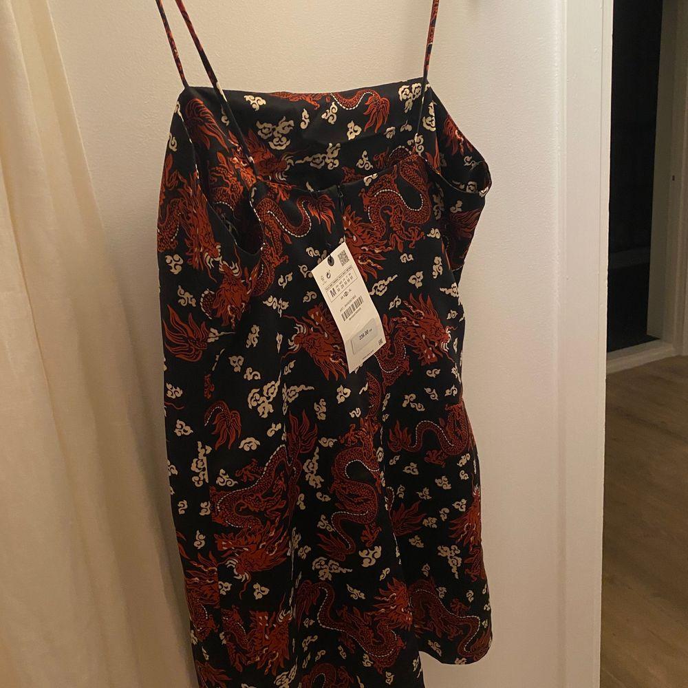 Asnajs klänning med japanskt inspirerat mönster! Aldrig använd. Beställd från Zara. Vid flera intresserade buda i kommentarerna. 130kr exklusive frakt. Klänningar.