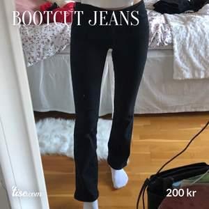 Lågmidjade bootcut-jeans från Levi's 💕 finns inte att köpa på hemsidan längre och är knappt använda. Jag är 173cm. Köptes för 1099kr. Budgivning från 200kr ☺️