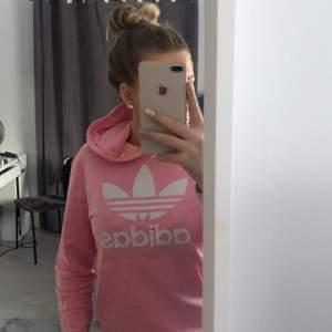 Rosa adidas hoddie i storlek 164 men passar mig som har S, 160 kr men priset kan diskuteras☺️