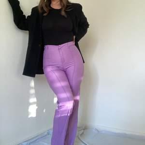 Kostymbyxor i en jättefin lila färg! Budgivning vid många intresserade. 150kr inkl frakt.