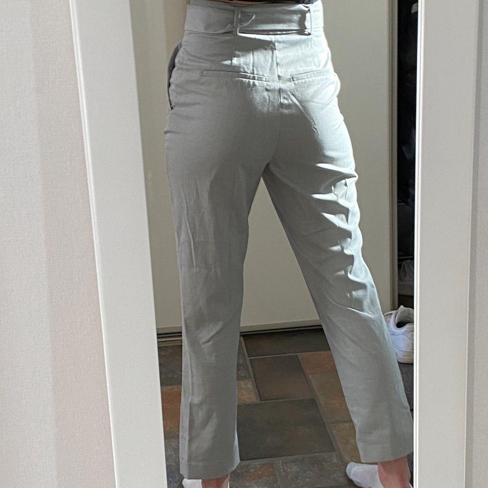 Gråa kostymbyxor men skärp. Jag är 168 och är i storlek 36.. Jeans & Byxor.