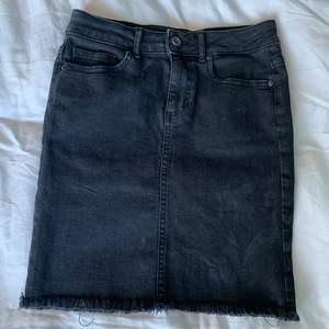En jättefin svart jeanskjol i stretchigt material. Den är från Pieces i storlek Xs men som sagt mycket stretch så skulle säga att den även passar S. Inte använd speciellt mycket och är därför i fint skick. Säljs pga att den inte kommer till användning💕💕