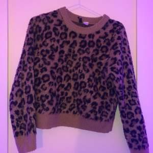 säljer denna superfina stickade leopard tröjan pågrund av att den inte passar mig, använd ett fåtal gånger och har varken fläckar eller hål!💕