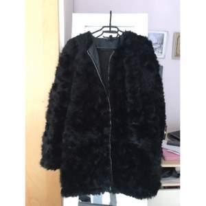 Färg: svart Storlek: M Skick: mycket bra skick Material: yttre 80% modacryl och 20% polyester, inre 100% polyester