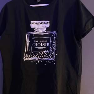 Basic svart t-shirt med ett tryck och pärlor på! Använd fåtal gånger :) Strl M (men passar mig som vanligtvis har S) och säljer för 50kr + frakt 🖤