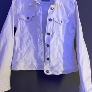 Söt vit jeansjacka! Kommer inte till användning och har tyvärr två små fläckar på vänster arm :/ Strl 38 och passar mig som har 34/36 vanligtvis! Säljer för 80kr + frakt 🤍