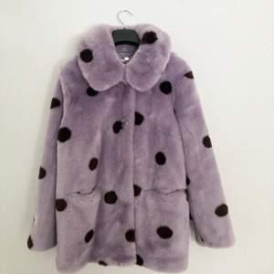 Faux fur jacket från märket Jakke. Använd en gång. Köpt för drygt 1300kr. Lila med svarta prickar. Våldigt bekväm! ÄLSKAR den, säljer endast för kommer inte till användning på mig😇 frakt ingår! 💖