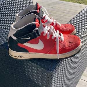 Snygga, stilrena Nike AirForce skor storlek 41. Ganska små (26cm) i storleken.