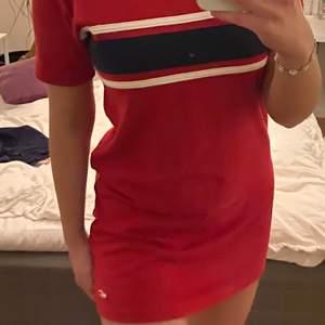 Söt klänning från Hollister, kan även fungera som en over sized t-shirt. Storlek XS (passar även S). Säljer för 100, köparen står även för frakten (66kr) 🥰