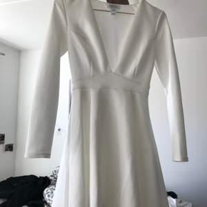 nu säljer jag min älskade studentklänning i storlek XS. Den är normal i storleken och väldigt skön! Säljes då jag gått upp i vikt.