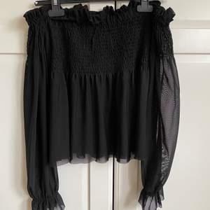Säljer denna oanvända fina toppen från Gina tricot i strl S, säljer på grund av att den inte har kommit till användning.