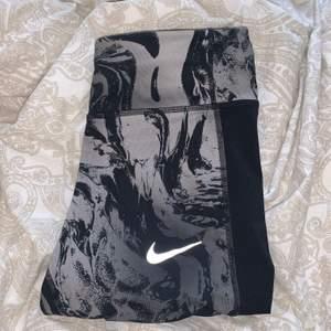 Ett par tights från Nike i Stl S men som inte riktigt är min stil längre.