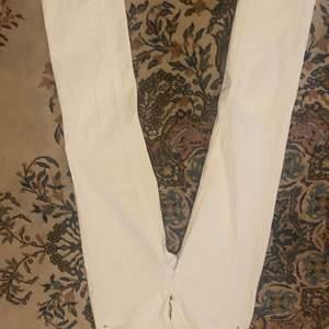 Hej! Säljer min vita jeans har inte använt den pga inte tyckt den e snygg på mig ingen hål eller ngåot på byxorna inga fläckar heller helt krit vit jag möts bara