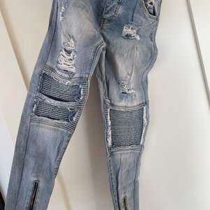 Feta jeans från loyal kids, köpta på loyal kids för 1400kr, i väldigt fint skick. Storlek 28