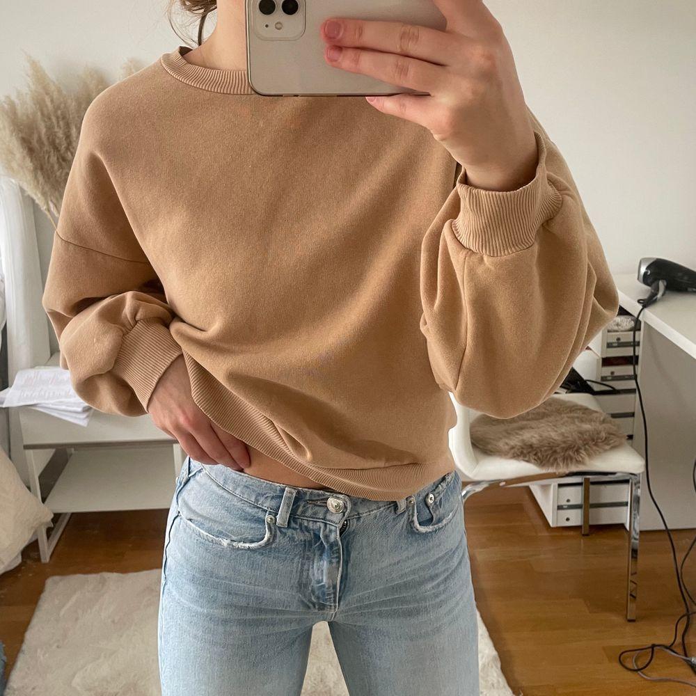 Jättefin beige sweatshirt från GINA TRICOT. Storlek S men passar XS-M. Använd fåtal gånger men väldigt fint skick.. Tröjor & Koftor.