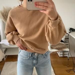 Jättefin beige sweatshirt från GINA TRICOT. Storlek S men passar XS-M. Använd fåtal gånger men väldigt fint skick.
