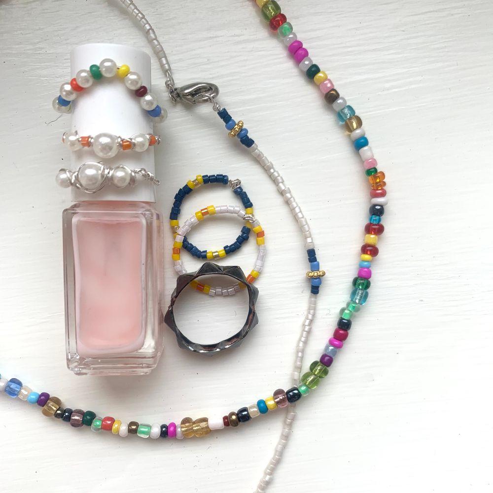 Först till kvarn! Ringar av olika typer och två svinsnygga halsband perfekta till våren, ringarna har en skåra vilket gör dem något justerbara. Ringarna i lera varierar i pris 65-78kr. Grön pärlad ring och ringar med vita pärlor 25kr. Övriga pärlade ringar 15. Halsband 40. Ring med nitar 30kr. Kram💘💘 PAKETPRIS GÅR ATT FIXA!. Accessoarer.