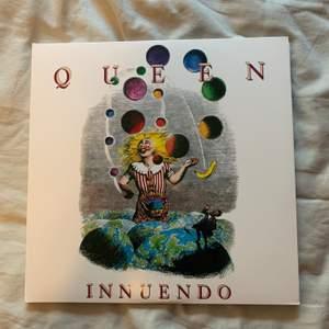 Denna vinylskiva söker ett nytt hem! Det är Queens sista studioalbum vid namn Innuendo, endast spelat 1 gång. Intresserad? Kontakta mig gärna! Spana gärna in min profil för mer vinylskivor 🥰✨