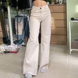 Beiga straightleg jeans från bershka. Sparsamt använda. Kan mötas i Stockholm.