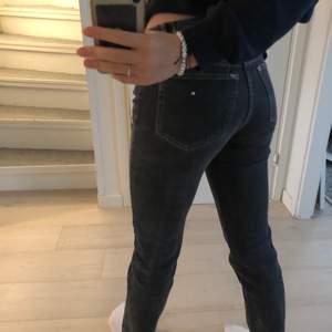 PULL & BEAR jeans med slits vid benet. Stl. 36. De slutar precis vid vaden på mig dom är 1,61💞