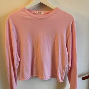 Rosa tröja från pull and bear. Bra skick, använd fåtal gånger, köparen betalar för frakt: 45kr eller spårbart 66kr