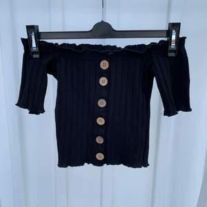 Svart ribbad tröja i ett stretchiga material från Chiquelle. Använd men i bra skick. Nypris: 349kr
