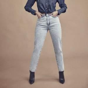 Jeans från gina tricot (färgen ser ni bäst på sista bilden) sparsamt använd!💕 skriv vid fler bilder 🥰