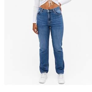 """Monki jeans i modellen """"Moluna"""", storlek 31💖 Skulle säga att dem är lite mindre i storleken, passar nog bra på en M. Endast använda några gånger, säljer pga att dem är försmå för mig. Frakt ingår i priset!!💖"""