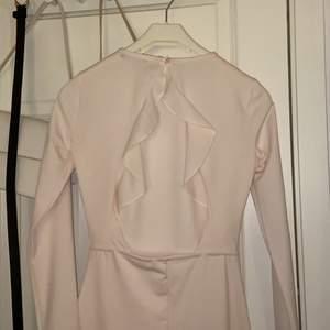 Super söt klänning med öppen rygg!!! köpt 2018 & endast använts på en skolavslutning 💕 köparen står för frakten