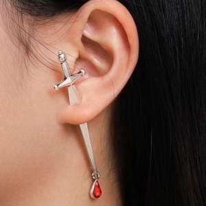 Svärd örhängen - som nya! Enbart testade (tvättas in dem skickas!!)