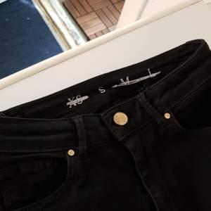 Höga skinnyjeans från Levi's, svarta, använda men inte slitna, hela, supersköna o går över naveln. Köparen står för frakt :)