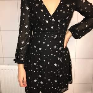 Fin klänning med stjärnor i storlek 32, men passar även 34. Knappt använd. Kan posta eller mötas upp i Stockholm 💖