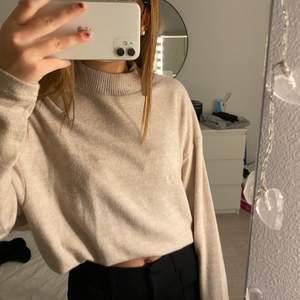 Jätteskön tröja från H&M som inte kommer till användning. På första bilden har jag stoppat in tröjan.
