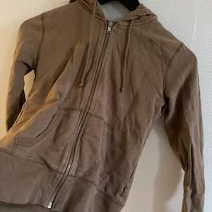 En brun zip hoodie från Ginatricot i super bra skick och super fin  med en luva där bak, ganska så säker på att den inte säljs längre