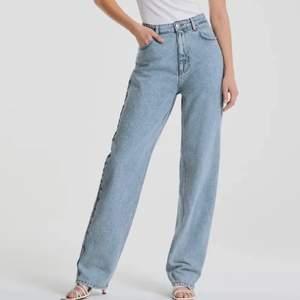 Oversized raka jeans från gina. Lägger sig fint på foten på mig som är 170. Storleken är 32 men skulle säga att den sitter mer som en 34. Kontakta mig för fler bilder