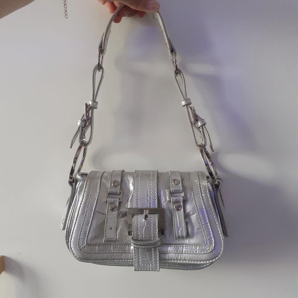 säljer en vintage silver väska som jag tyväör inte kommer till användning längre! buda! 💕 köparen står för frakt HÖGSTA BUD 280KR OBS! AVSLUTAS DEN 31 JULI KL.18.00. Väskor.