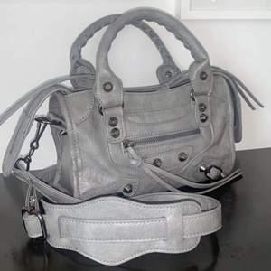 Jättefina Balenciaga liknande väska 💕💕  Tar bud i budgivningsfunktionen, säljer endast vid bra bud 💕 Använd fåtal gånger därför nyskick. Fick den i present vet därför inte vart den är ifrån! Skriv privat för frågor eller liknande ☺️ köp direkt 1400kr