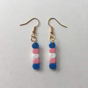 Egengjorda nickelfria örhängen inspirerade av transflaggan 🏳️⚧️🏳️⚧️ Fler prideflaggor finns på min sida!